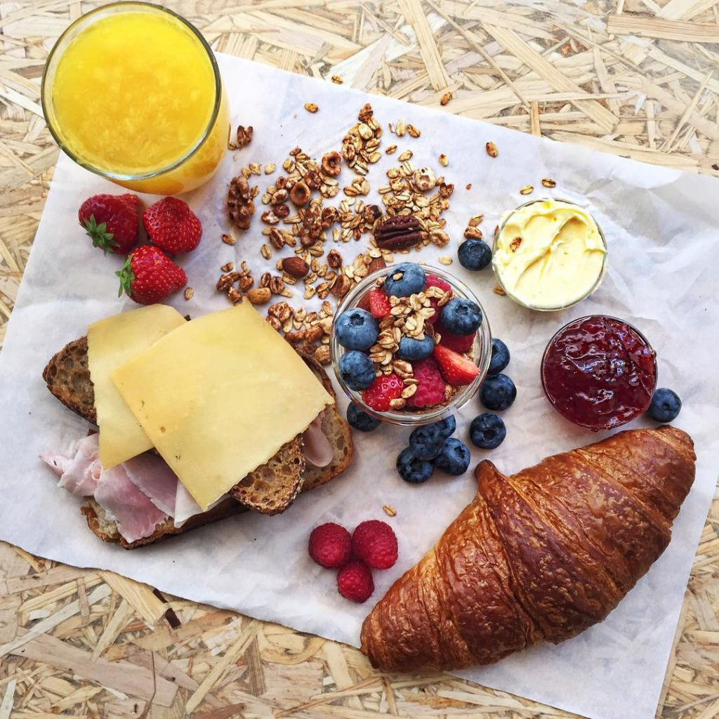 Goodmorning! So much love for this sunny weekend but firstbreakfast!hellip